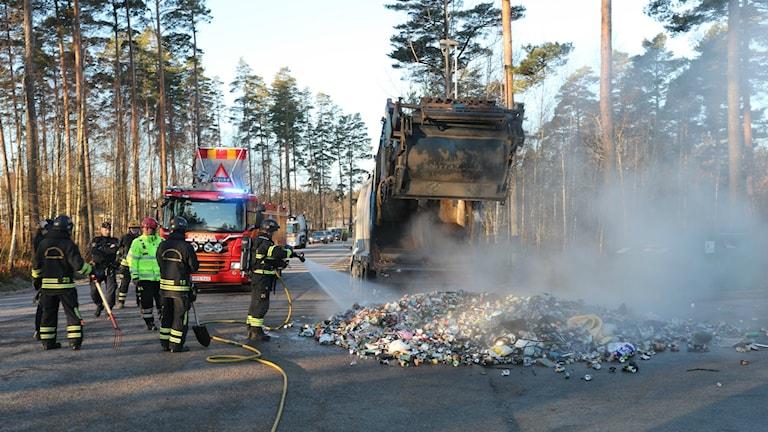 Räddningstjänsten kunde släcka branden efter att chauffören tömde ut innehållet på gatan.