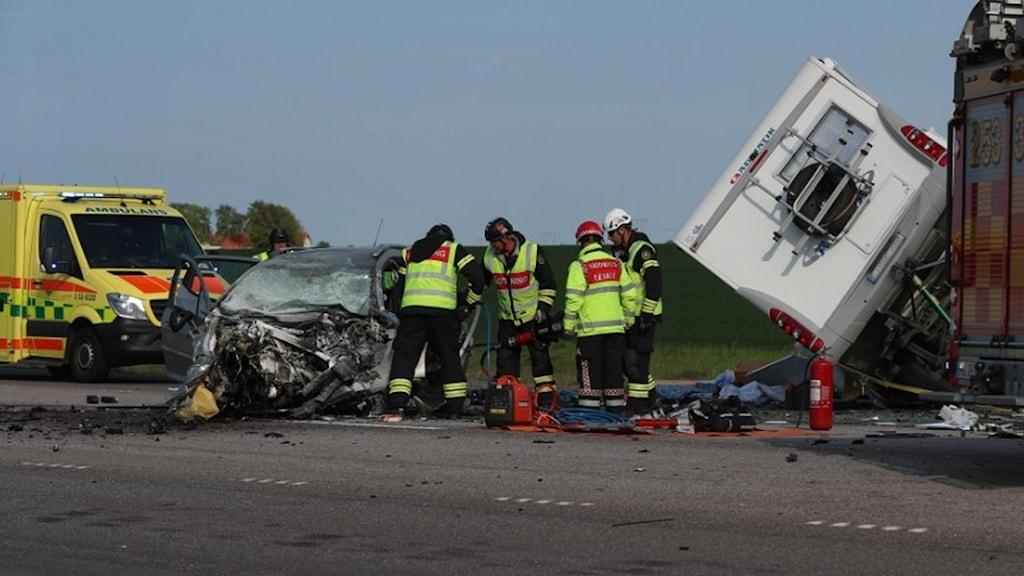 En krockad bil med personal från räddningstjänsten