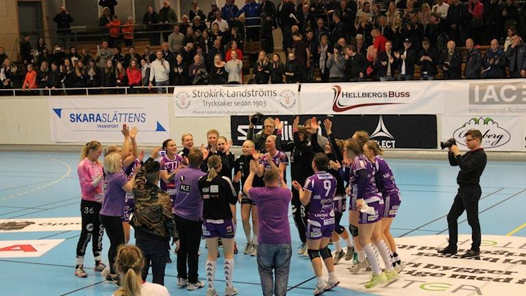 Skara HF jublar efter kvalsegern. Foto Tommy Järlström Sveriges Radio.