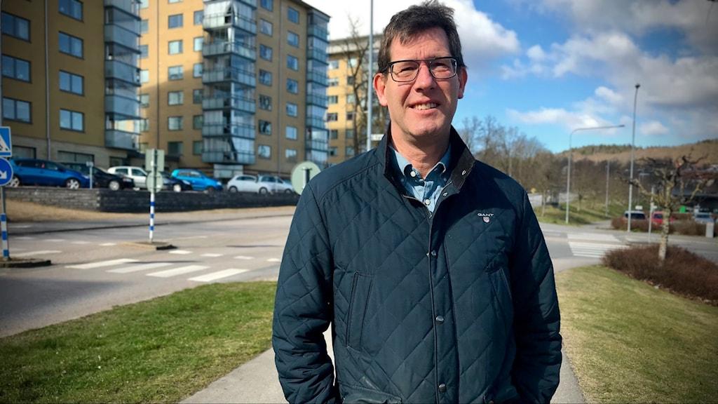 En man står vid en väg i centrala Skövde.
