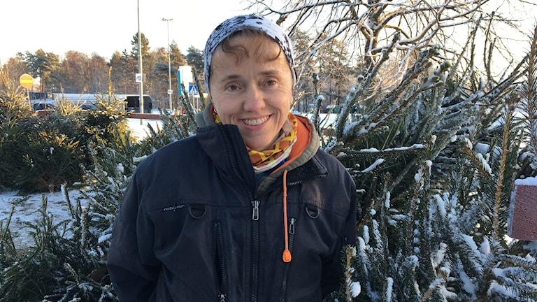 Johanna Jungåker säljer julgranar i Skövde