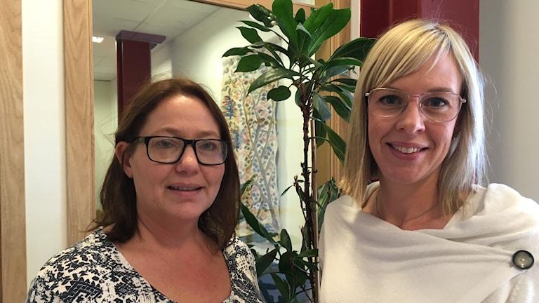 Porträttbild av Anna-Lena Jonsson och Sara Wiggins. I bakgrunden en grön växt.