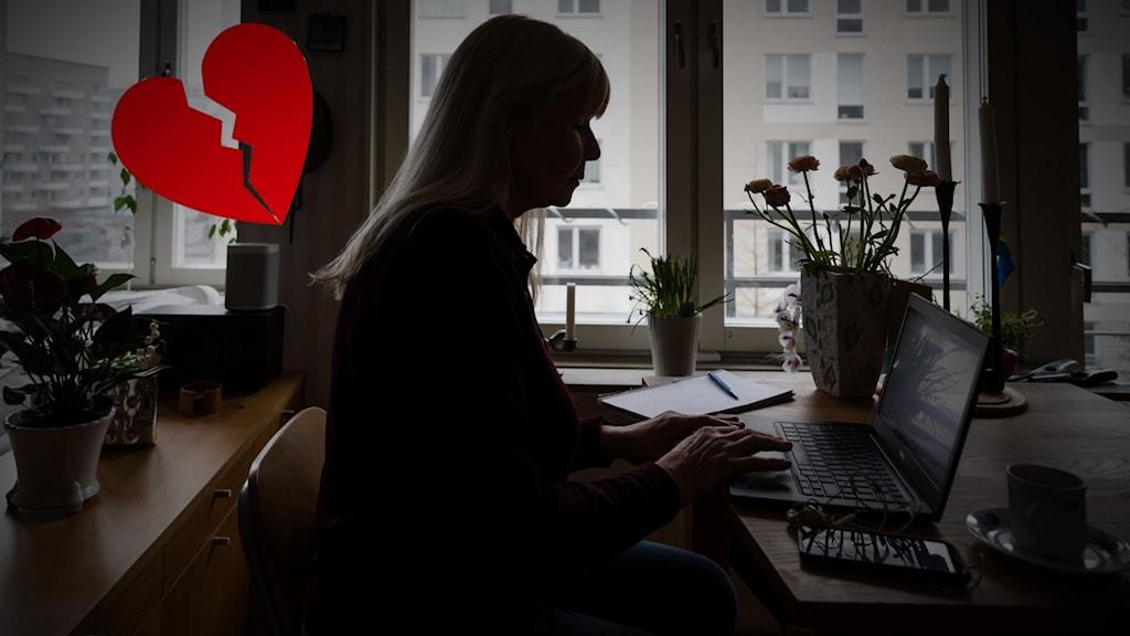 En kvinna sitter vid sin dator.
