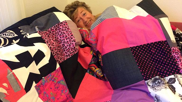 Ewa Ohlsson insvept i ett täcke.