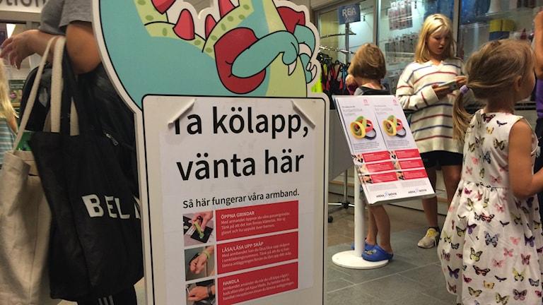 Väntan var lång för de som ville besöka upplevelsebadet på Arena Skövde i dag.