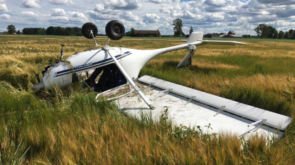 Flygplanet slog runt men ingen kom till skada.