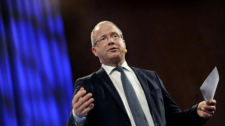 Ab Volvos Vd Martin Lundstedt står och håller tal.