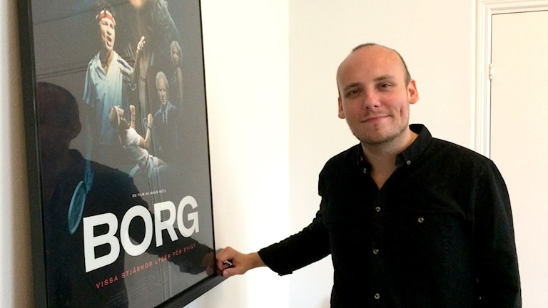 Ronnie Sandahl framför en Borg-affisch