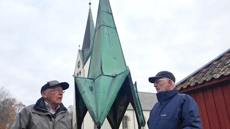 Lars Larsson och Åke Bogelius vid Hasslösa kyrka.