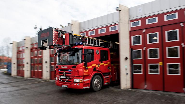 En brandbil som kör ut ur ett garage