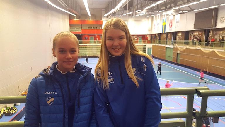 Smilla Löfborg och Saga Eklund från Fröjereds IF trivdes på Sibben Cup.