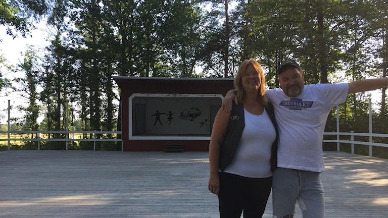 Carina Andersson och Johnny Alfredsson står vid den renoverade dansbanan.