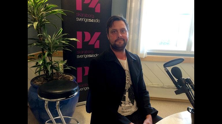 Lars Andersson sitter i P4:s studio