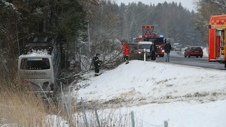 Bussen kanade av vägen mellan Skara och Lidköping.