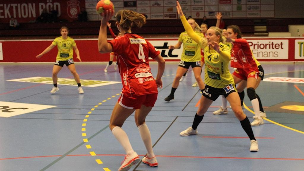 Nikoline Lundgreen i Skövde HF försöker mot Sävehof