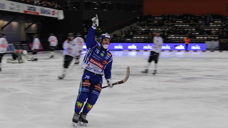 Jesper Eriksson i Villa jublar efter ett av kvällens mål. Foto: Marcus Johannesson/Sveriges Radio