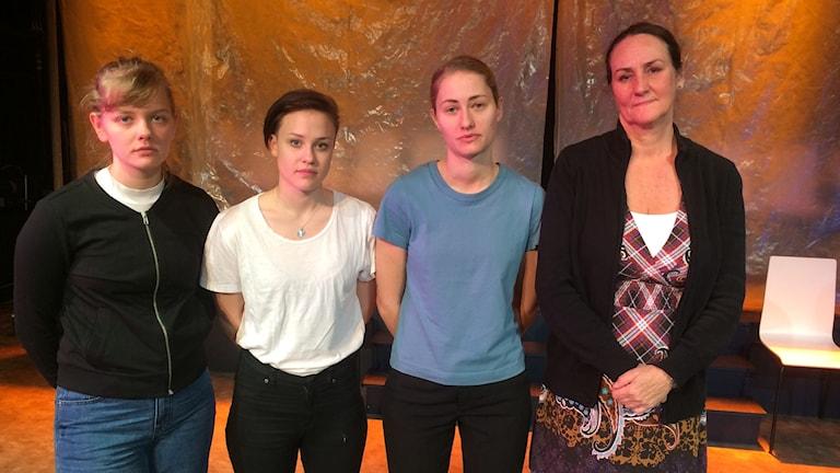 Eleverna Johanna Samnegård, Melinda Emanuelsson, Ellen Olaison med läraren Helén Söderqvist på Skara Skolscen.