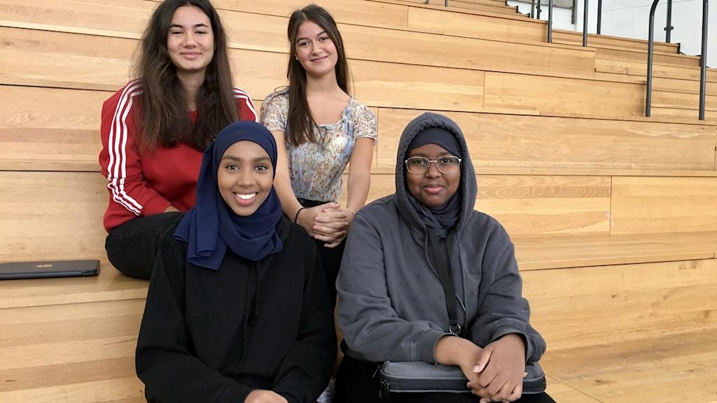 Elever årskurs två Fr v ovanifrån: Hanna Omic och Heidi Bajraktari Fr h nedanför: Ifrah Saafi och Fahmo Yusuf