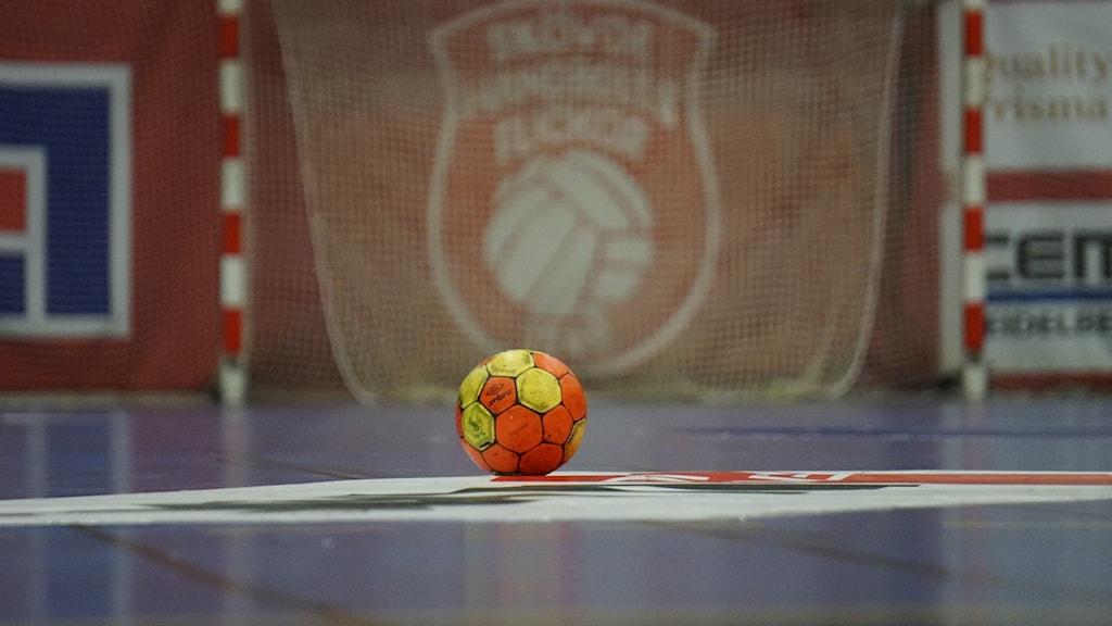 Handboll framför Skövde HF:s logga.
