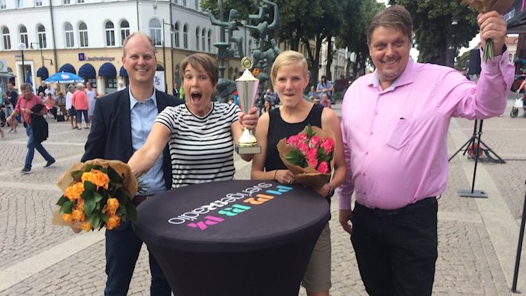 Kommunchefen Kristofer Svensson, Mia Hedberg, Johanna Andersson och kommunalrådet Johan Abrahamsson jublar när de tagit emot pokalen.