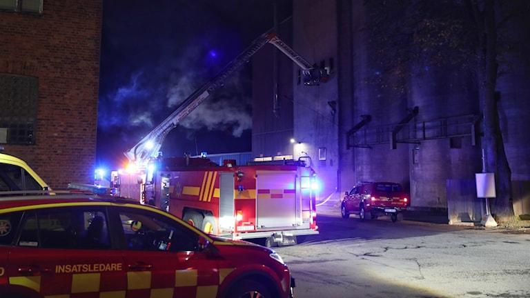 Totalt är det tio brandmän som jobbar med att släcka elden i silon.