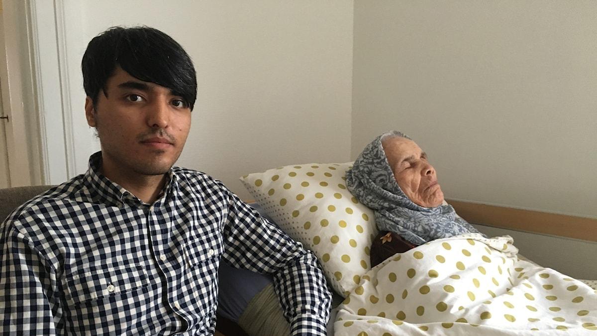 Mohammad Uzbek och hans farmor Bibikhal Uzbek.