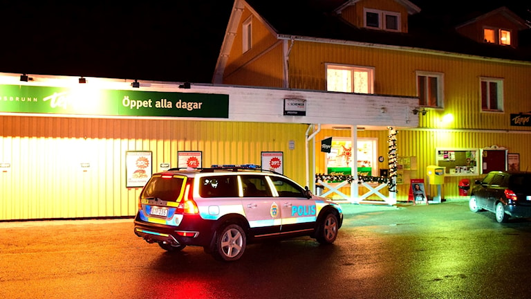Polisbil utanför Tempobutiken i Lundsbrunn.