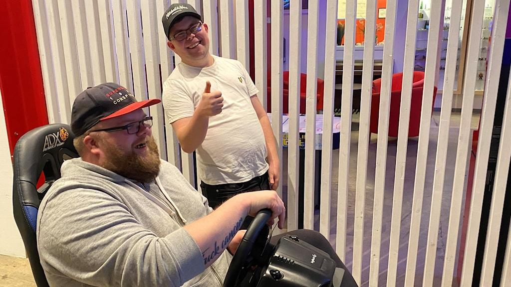 Morgan Fridolfsson (sittande) och Jonas Jansson på E-sportcenter i Lidköping.