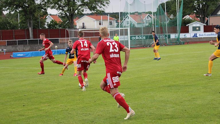 Skövde AIK anfaller på bred front. Foto Tommy Järlström Sveriges Radio.