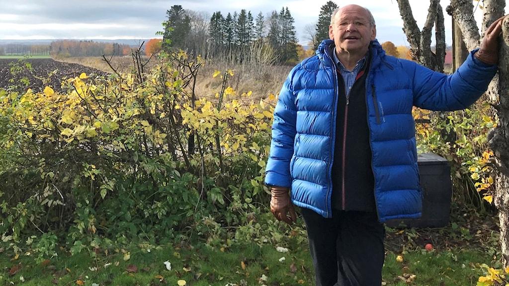 P4 Skaraborgs själsdoktor Håkan Andersson fotade utomhus i höstmiljö.
