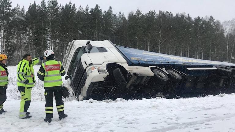 Lastbil i diket på E20