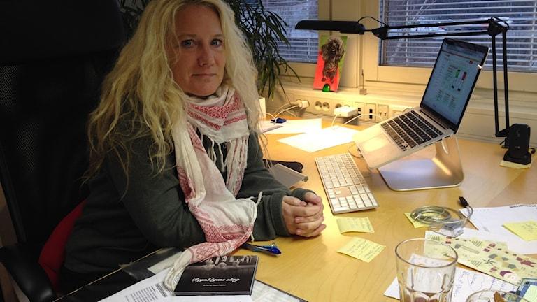 Camilla Schulz, ordförande i RFSL Göteborgs styrelse, sitter på sitt kontor.