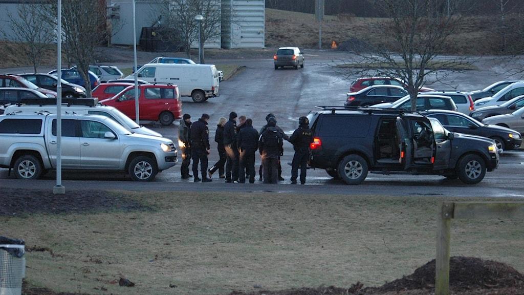 Stor polisinsats i Stenstorp. Polisen förhandlar med beväpnad man.