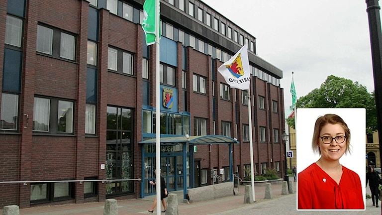 Brun tegelbyggnad, Mariestads kommunhus, infälld bild på Ida Ekeroth, socialdemokratiskt oppositionsråd