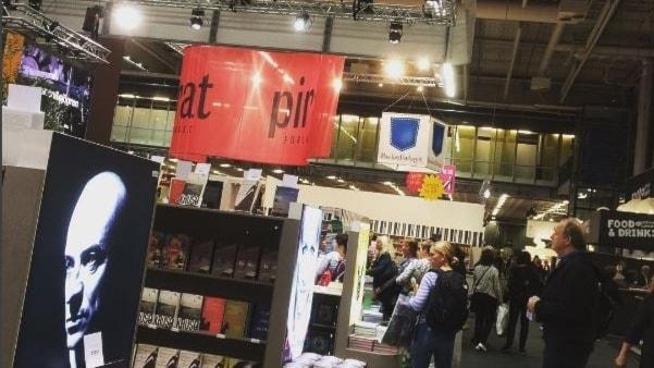 Besökare vandrar runt på årets bokmässa i Göteborg.