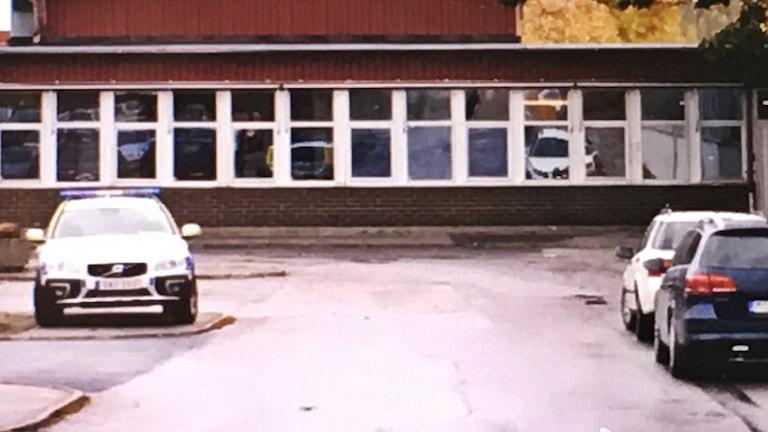 Polisbil utanför Vadsbogymnasiet.