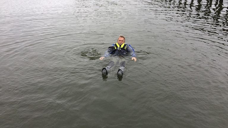 Heinz Kusch ligger i vattnet med våtdräkt på sig