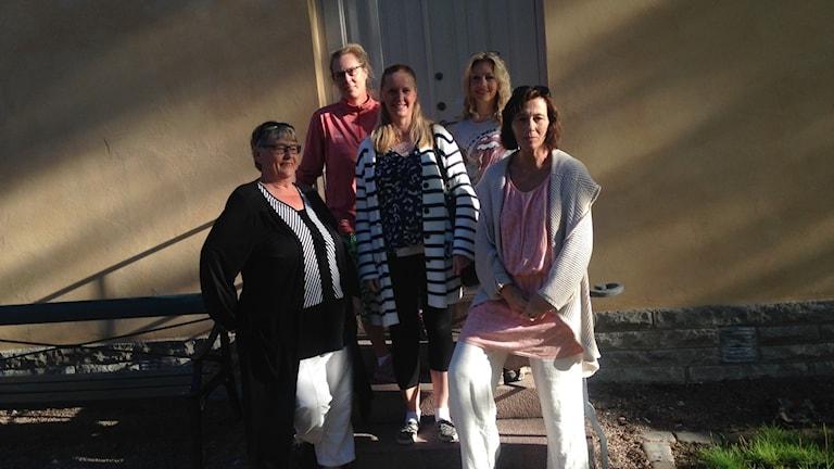 Barbro Olofsson, Britta Plank, Diana Hendin, Hanna Eklöf, Charlotte Kristensson står framför en gul byggnad.