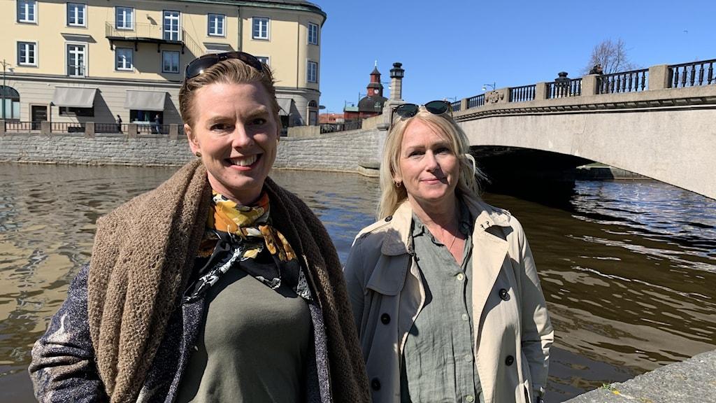 Till vänster Viktoria Lundborg, vd på Jordnära miljökonsult och till höger Pernilla Bratt, VA-chef i Lidköping. Vattenproverna som togs i höstas från Vattendragen som mynnar ut i Kinneviken visar efter analys att uppskattningsvis 1,4 ton mikroplast hamnar i Vänern varje år.