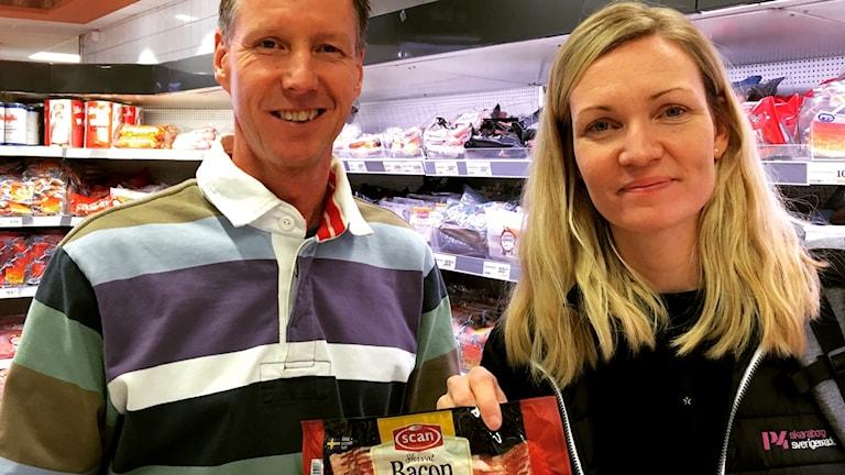 Linnéa och Grisproducenten Magnus håller i ett paket bacon i den lokala butiken