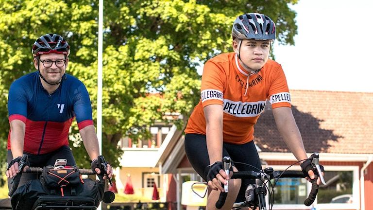 Eric Ericson och Konrad Wiréen på var sin cykel i Varnhem.
