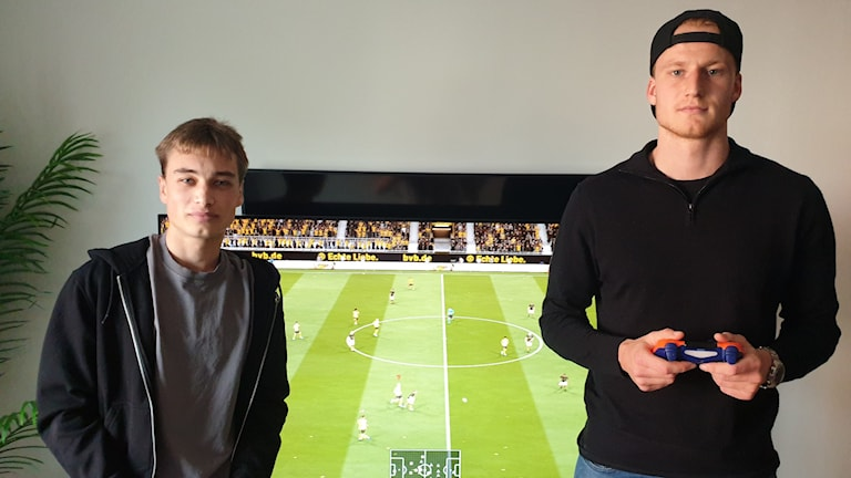 Ludvig Brandels och Calle Engelbrektsson håller i sina kontroller.