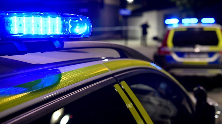 En polisbil har blåljuset på.