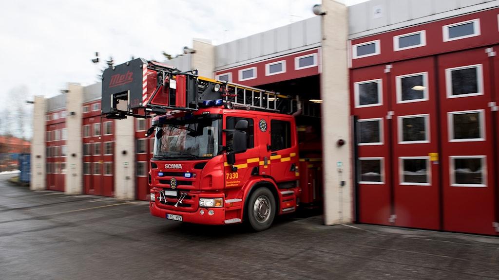 En brandbil på väg ut ur ett garage