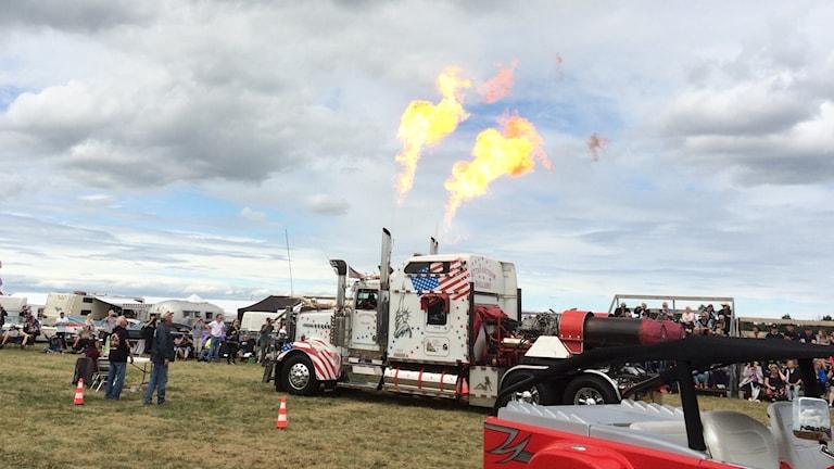 En lastbilshytt sprutar eld från två rör på taket