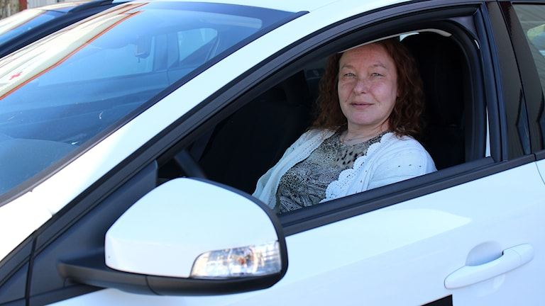 Trafikläraren Anja Kronberg i Skövde menar att bland annat de långa väntetiderna och att eleverna kör upp trots att de inte är redo gör att fler underkänns på uppkörningen.