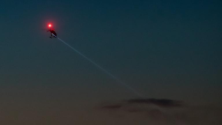 Helikopter söker efter kvinnan.