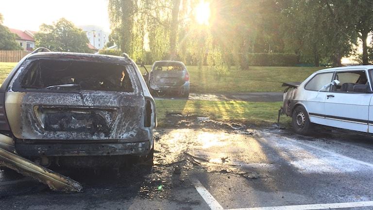Tre bilar fick omfattande skador när de brann under natten.  Foto: Sveriges Radio.