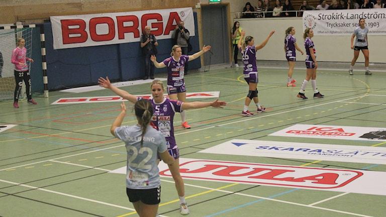 Skara HF försökte med offensivt försvar. Foto Tommy Järlström P4 Sveriges Radio