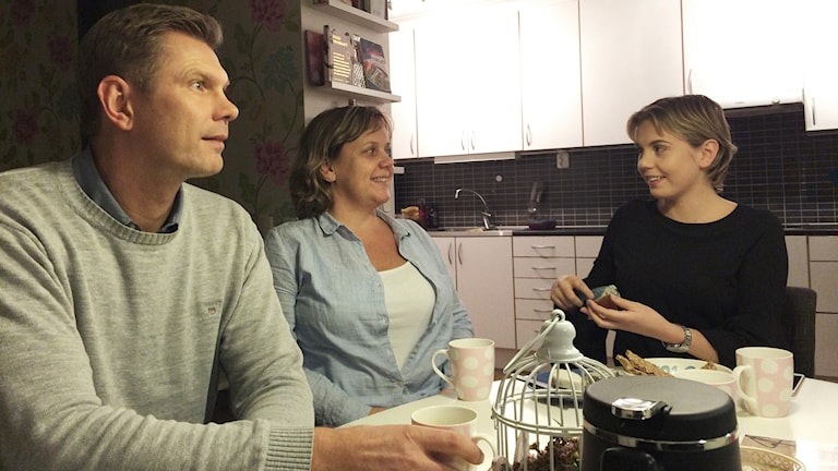 Julia Fridell med sin familj i köket.